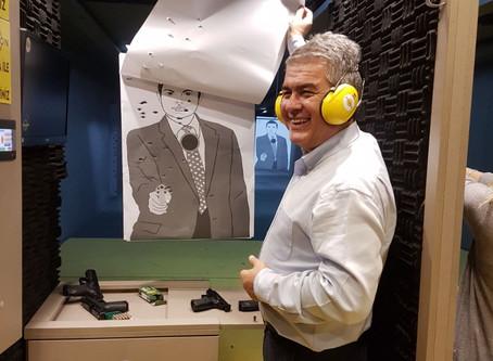 Hukuk Profesörü ve siyasetçi Süheyl Batum, yeni silahını test etti.