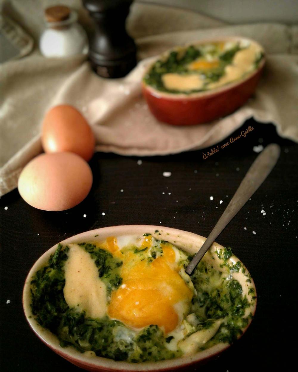 Plats d'œufs florentine, œufs frais et condiments sur une table.