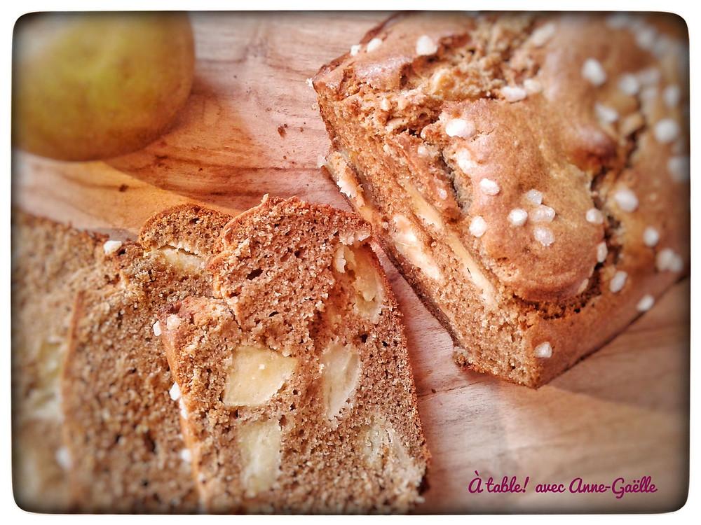 Cake aux pommes et au sarrasin coupé en tranches.