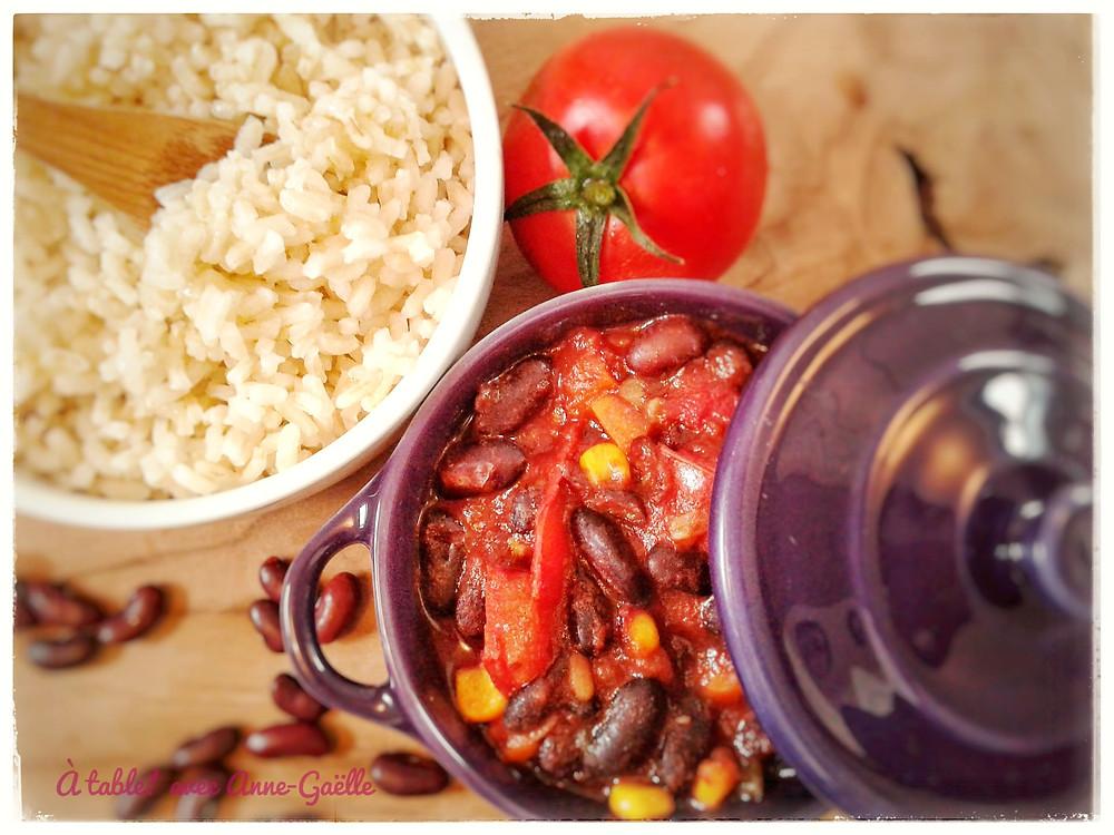 Plat de chili sin carne et portion de riz.
