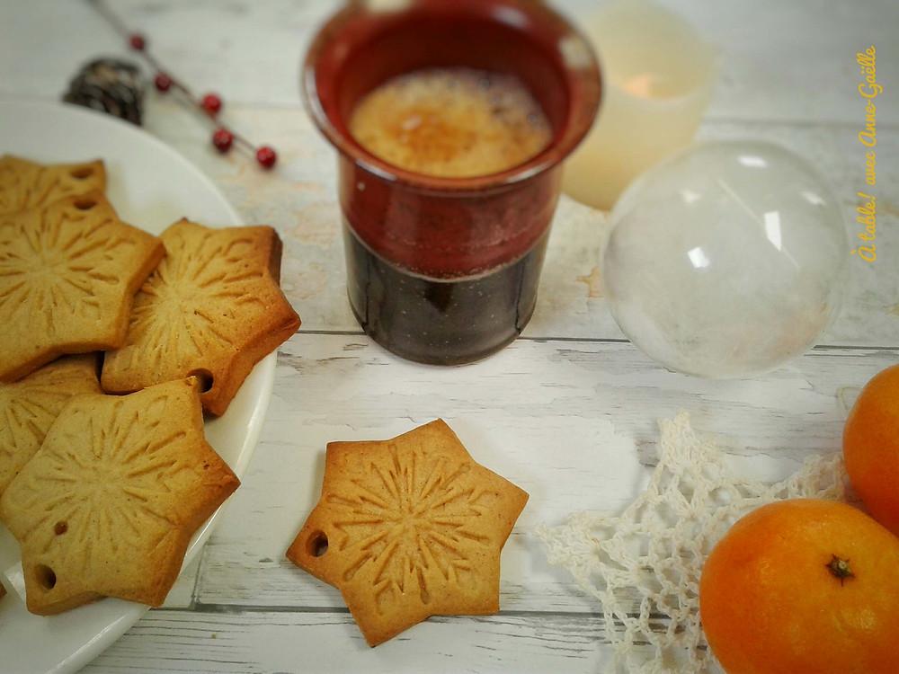 Petits gâteaux de Noël avec un café, des clémentines et des décorations de Noël.