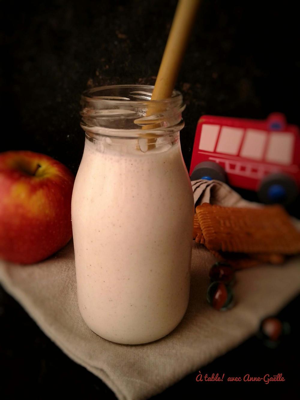Bouteille en verre contenant du yaourt à boire, goûter et jouets d'enfant.