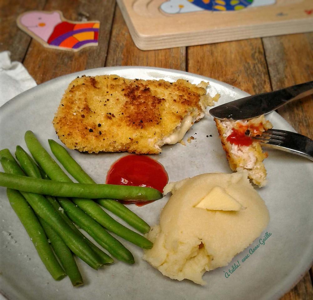 Assiette contenant un cordon bleu, de la purée et des haricots verts