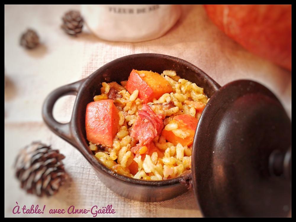 Petite cocotte contenant une poêlée de riz au potimarron.