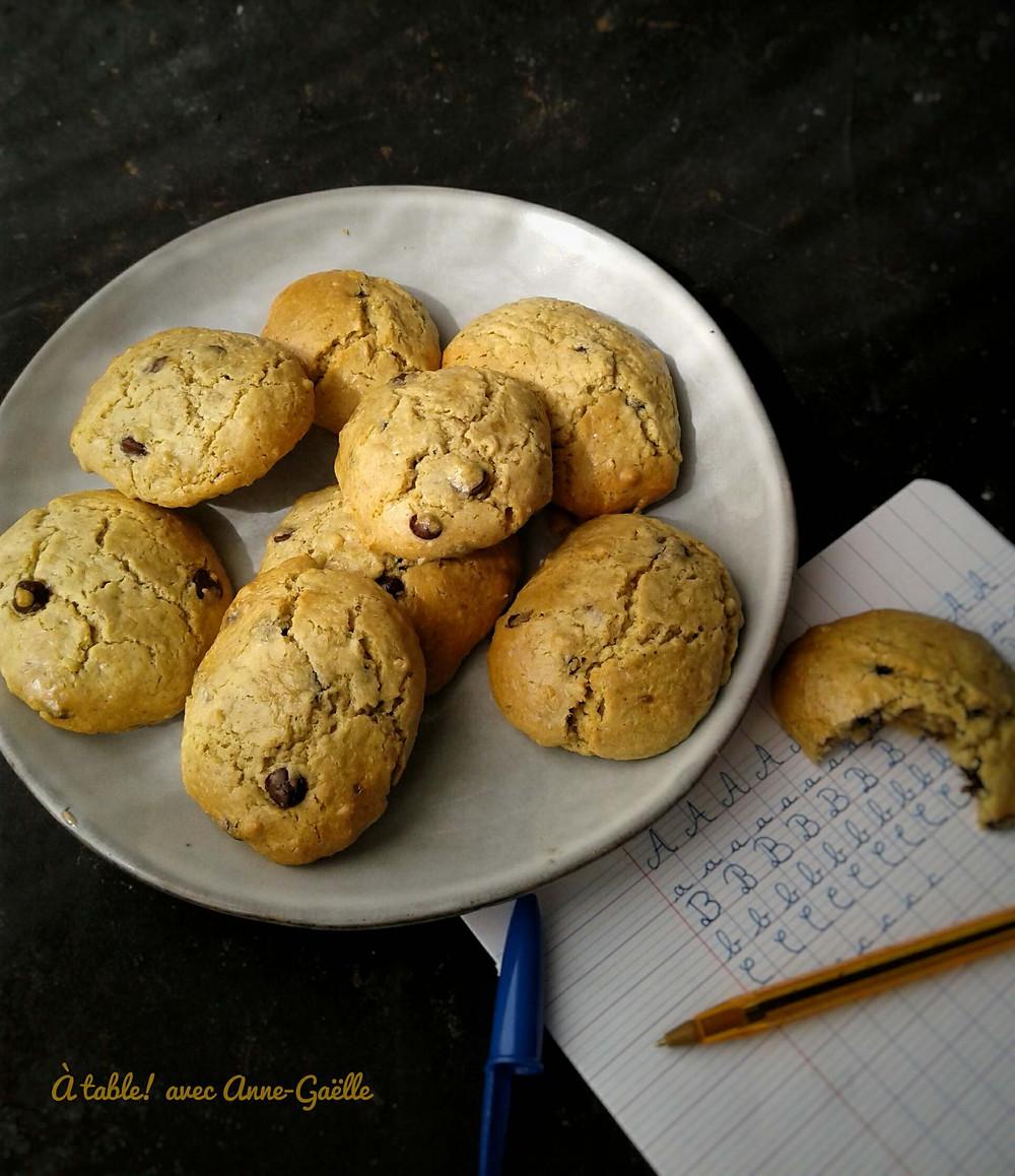 Cookies sans farine dans une assiette.