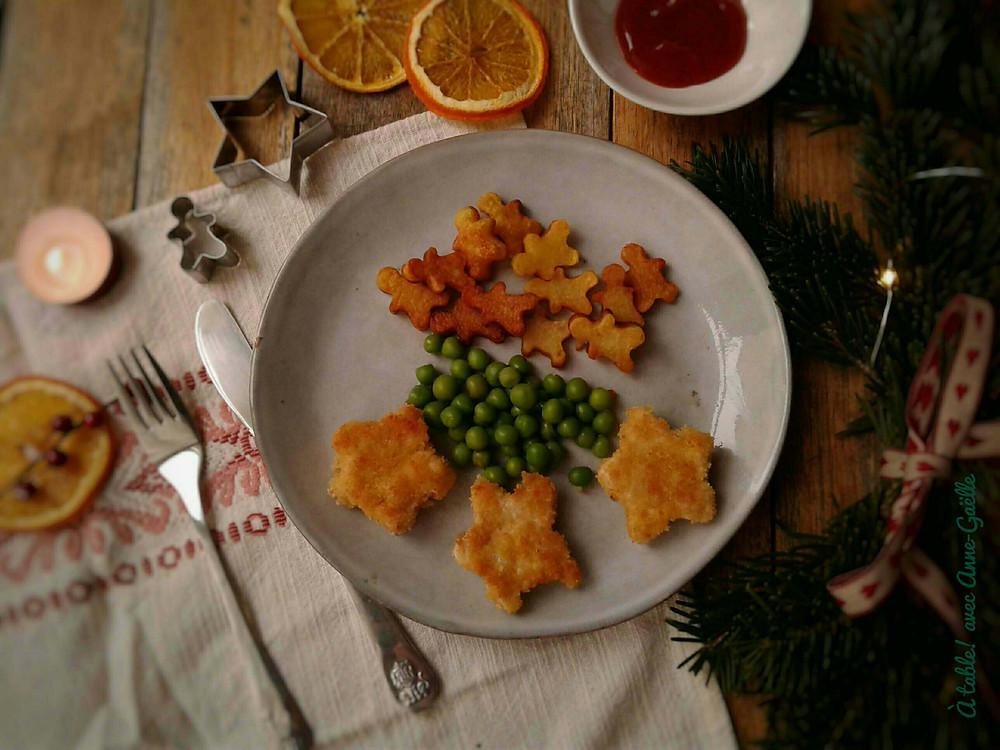 Nuggets de dinde, pommes de terres sautées et petits pois dans un décor festif.
