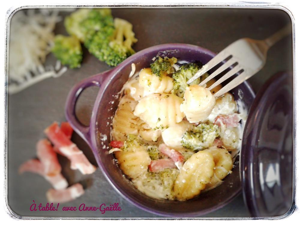 Cocotte contenant du gratin de gnocchis.