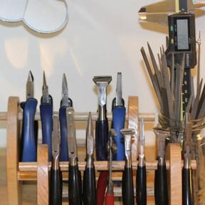 På værkstedet bruges mange forskellige værktøjer