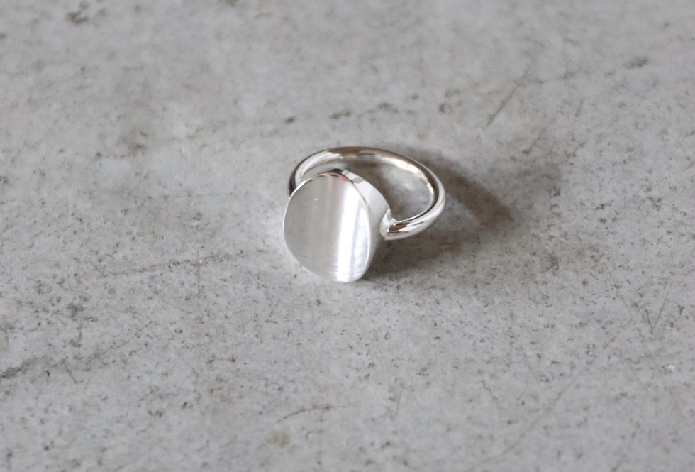 RÄTHEL & WOLF 'STAN' signet ring with warped table