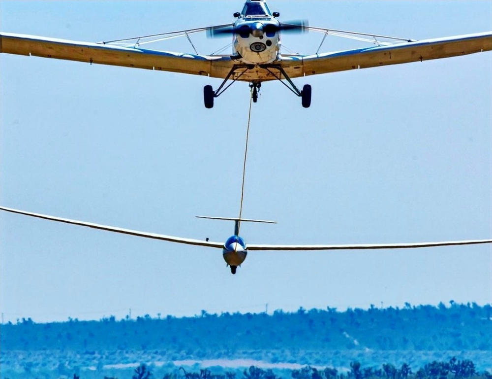 Piper Pawnee tows glider skyward
