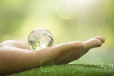 gros-plan-planete-verte-dans-vos-mains-s