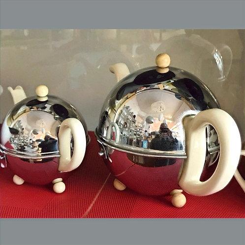 Antike Teekanne - isoliert