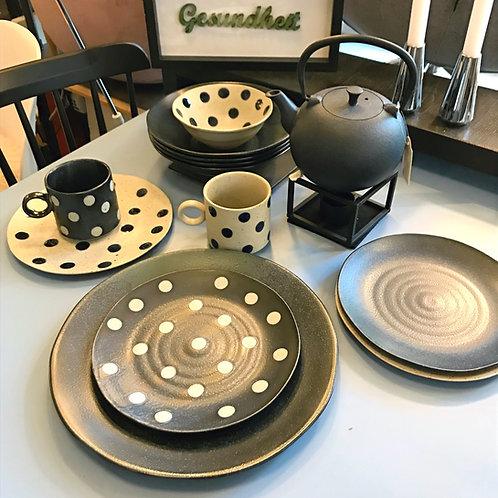 Keramik-Geschirr mit Punkten