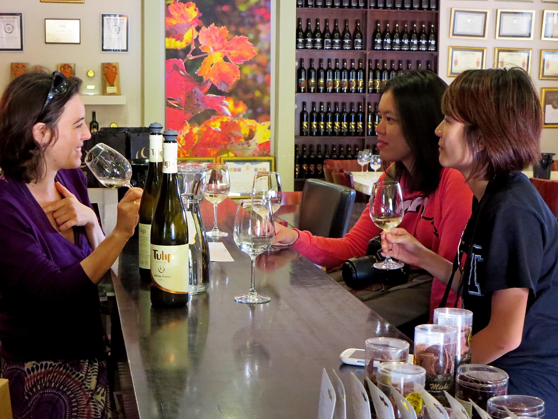 לומדים את אומנות טעימות יין