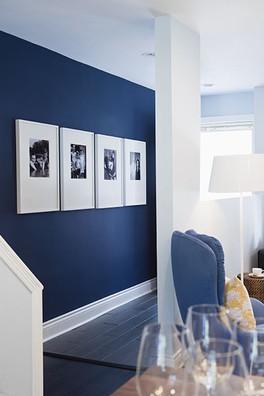 קיר כחול בסלון לבן.jpg