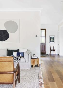 דירה צבועה לבן עם רצפת עץ.jpg