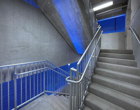 חדר מדרגות כחול בטון.jpg
