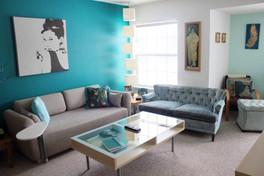 קיר טורקיז בדירה צבועה לבן.jpg