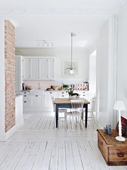דירה לבנה עם רצפת עץ לבנה.jpg
