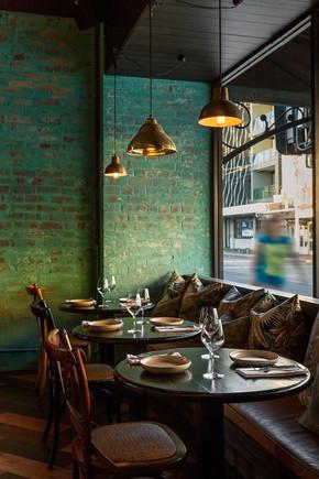 צביעת ירוק ביריקים מסעדה.jpg