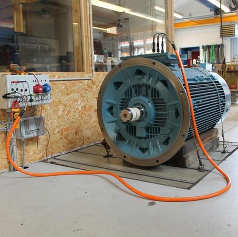Essais d'un moteur de taille 400 - 200kW