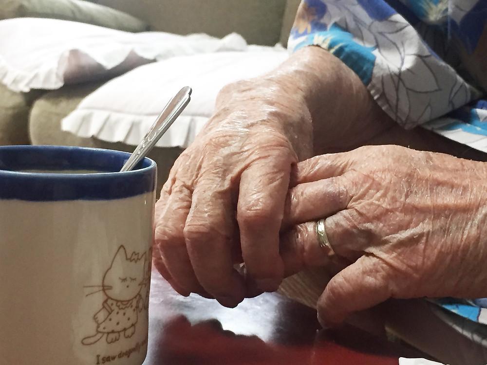 おばあちゃんの手とコップ/玉城沙羅