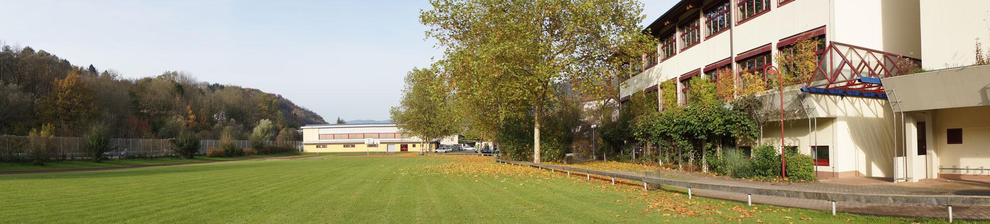 Sportplatz mit beiden Hallen