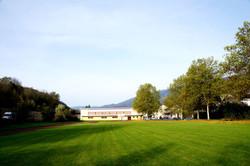 Sportplatz und Schulsporthalle