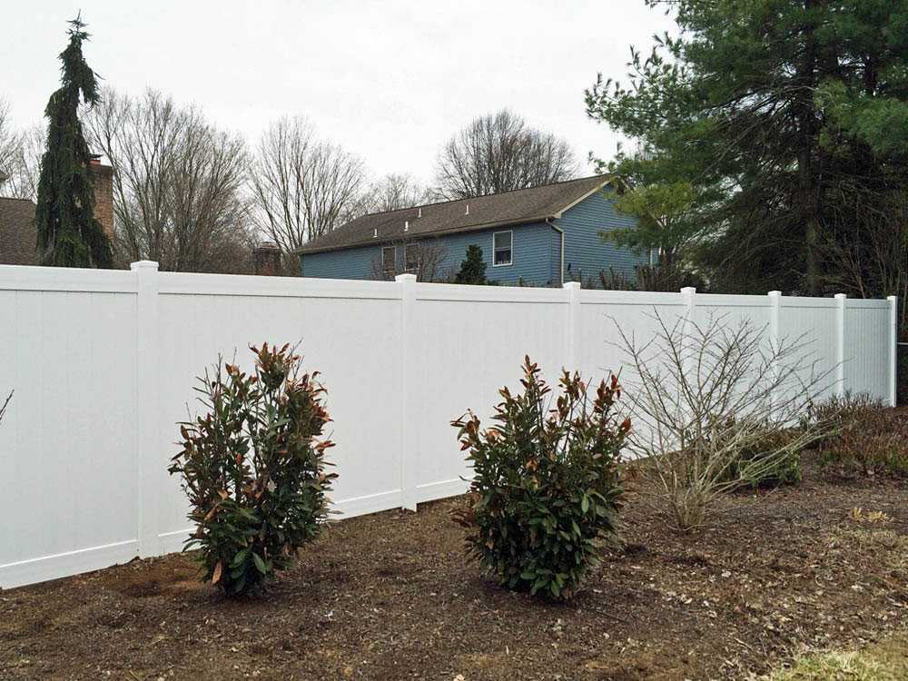 White-vinyl-privacy-fence.jpg