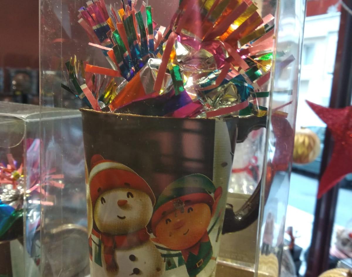 """Nos mugs en chocolat noir ou au lait garnis de nos papillotes """"Maison"""""""