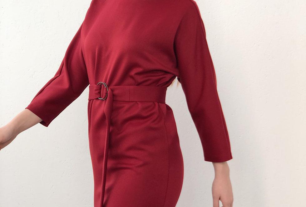 Платье прямого кроя с вырезом на с вырезом на спине