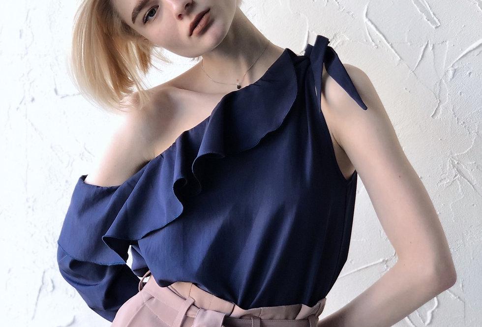 Блузка на одно плечо с воланом
