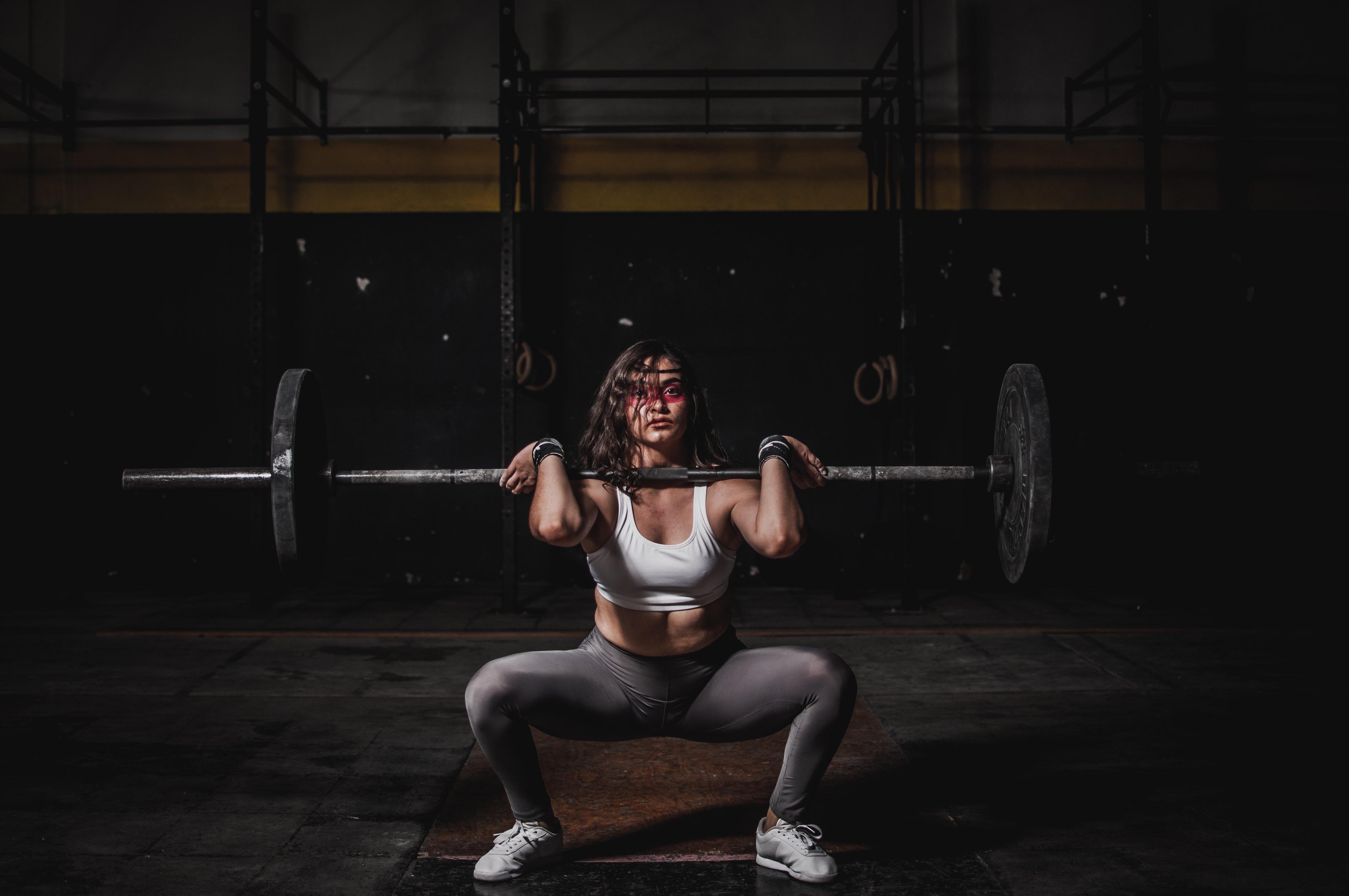 woman-lifting-barbell-1552249