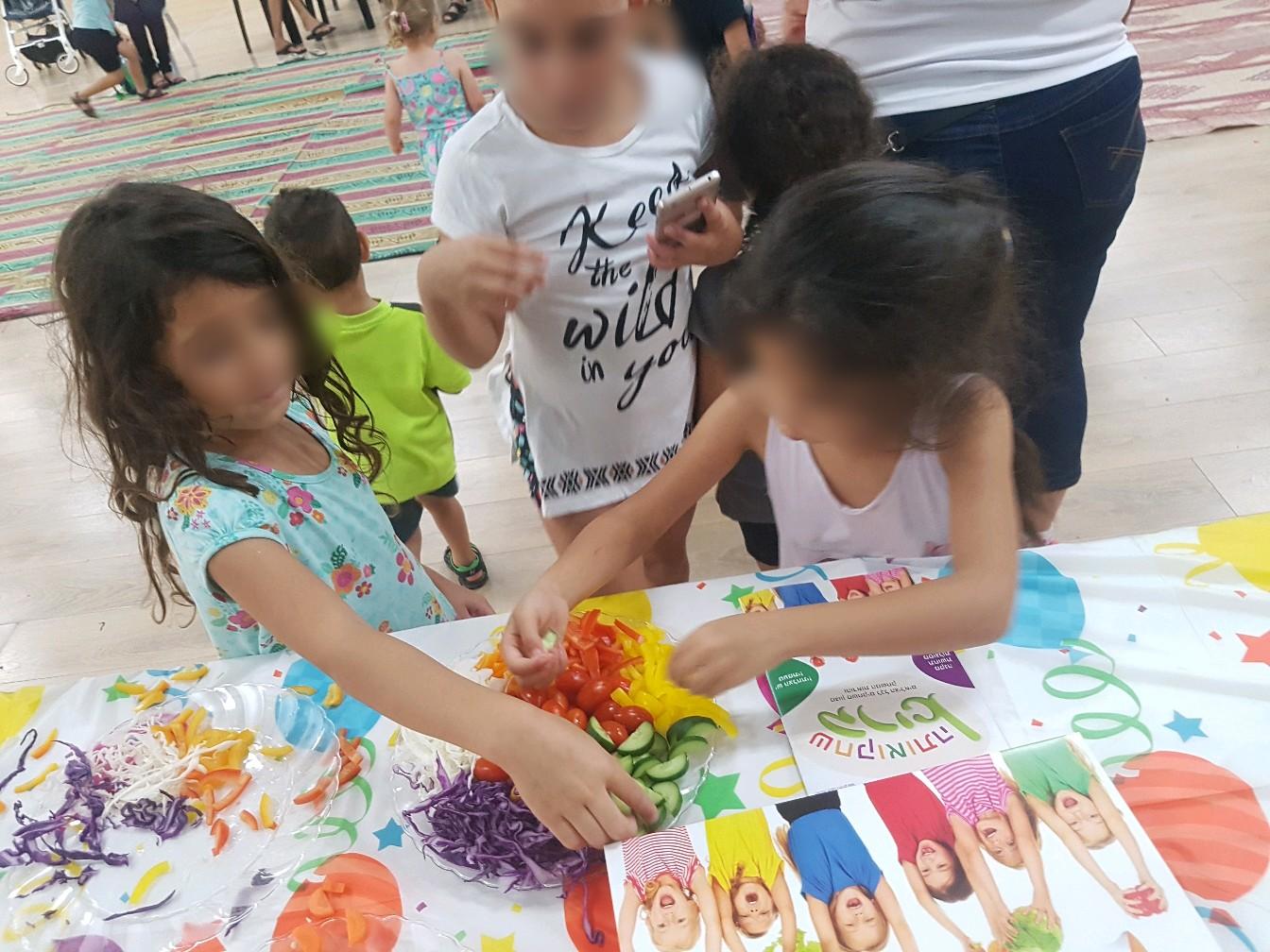 ילדים אוכלים בריא שחק אותה בריא