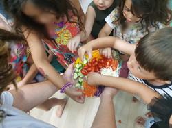 ילדים אוכלים ירקות ופירות בהנאה תוך כדי