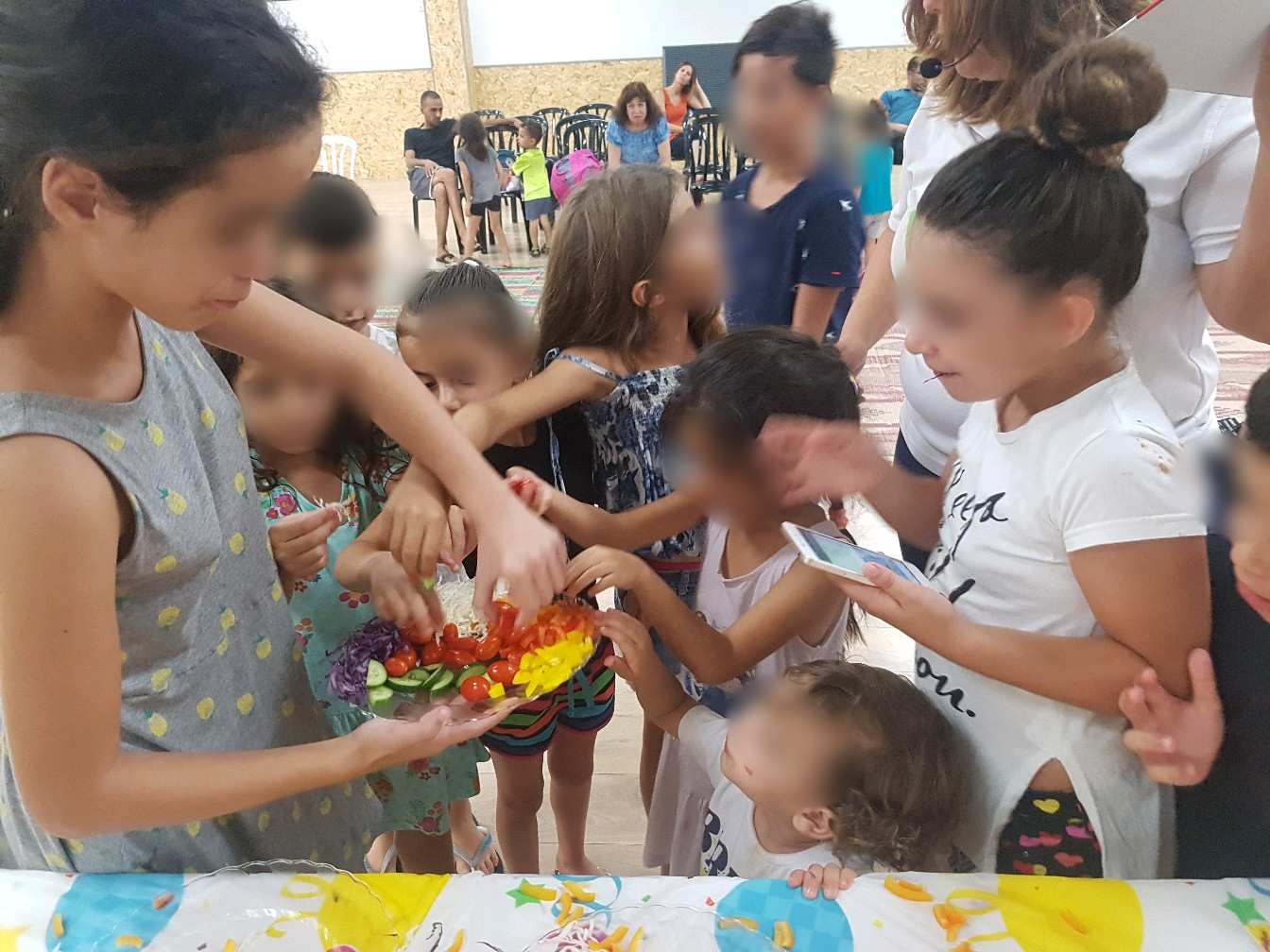 ילדים אוכלים ירקות ופירות בהנאה שחקו אות