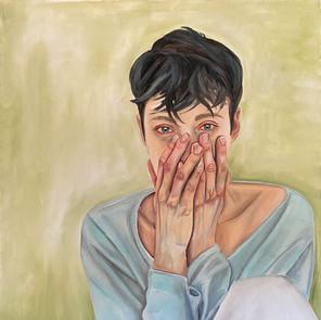 Cecily che piange in bagno durante le mestruazioni