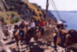 Санторини. Эта экскурсия не оставит равнодушным ни детей, ни взрослых. Вы увидите прелести Кальдеры, крошечные домики, которые приютились на отвесных скалах, церкви с голубыми куполами