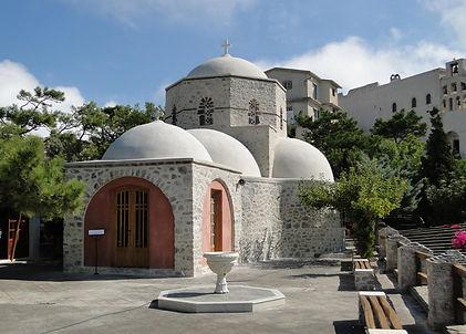 Одним из самых известных храмов острова Санторини (Тиры) считается монастырь Ильи Пророка. Он распол