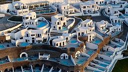 Santorini Secret Boutique Hotel Пятизвездочный бутик-отель Santorini Secret расположен на вулканических скалах острова, в деревушке Ия. К услугам гостей люксы с собственными бассейнами или гидромассажными ваннами, из которых можно полюбоваться видом на кальдеру и вулкан. Также в отеле имеется пейзажный бассейн с баром и ресторан изысканной кухни.