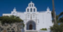 Деревня Пиргос (Замок Пиргос - Кастелли) - эта замечательная деревушка была построена в период венецианскогоправления 14 -15 век, также она была бывшей столицей острова Санторини. В то время на острове было построенопять крепостей, Пиргос была одной из них, они служили укрытием от пиратов.Прогулка по узким улочкам средневековой деревни Пиргос, перенесет Вас в другую эпоху истории Санторини.
