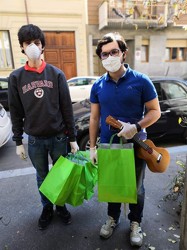 2 volontari con sacchettoi spesa.jpg