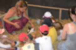 charlotte fait découvrir les lapins à la ferme dans un parc sécurisé