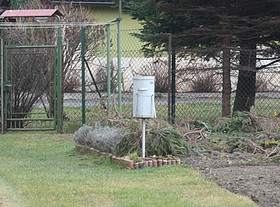 srážkoměr pro meteorologické měření v centru obce Nýdek.