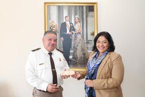 MINISTER XIOMARA MADURO TA FELICITA SR. ROQUE MADURO CU SU 42 AÑA DEN SERVICIO NA DEPARTAMENTO DI AD