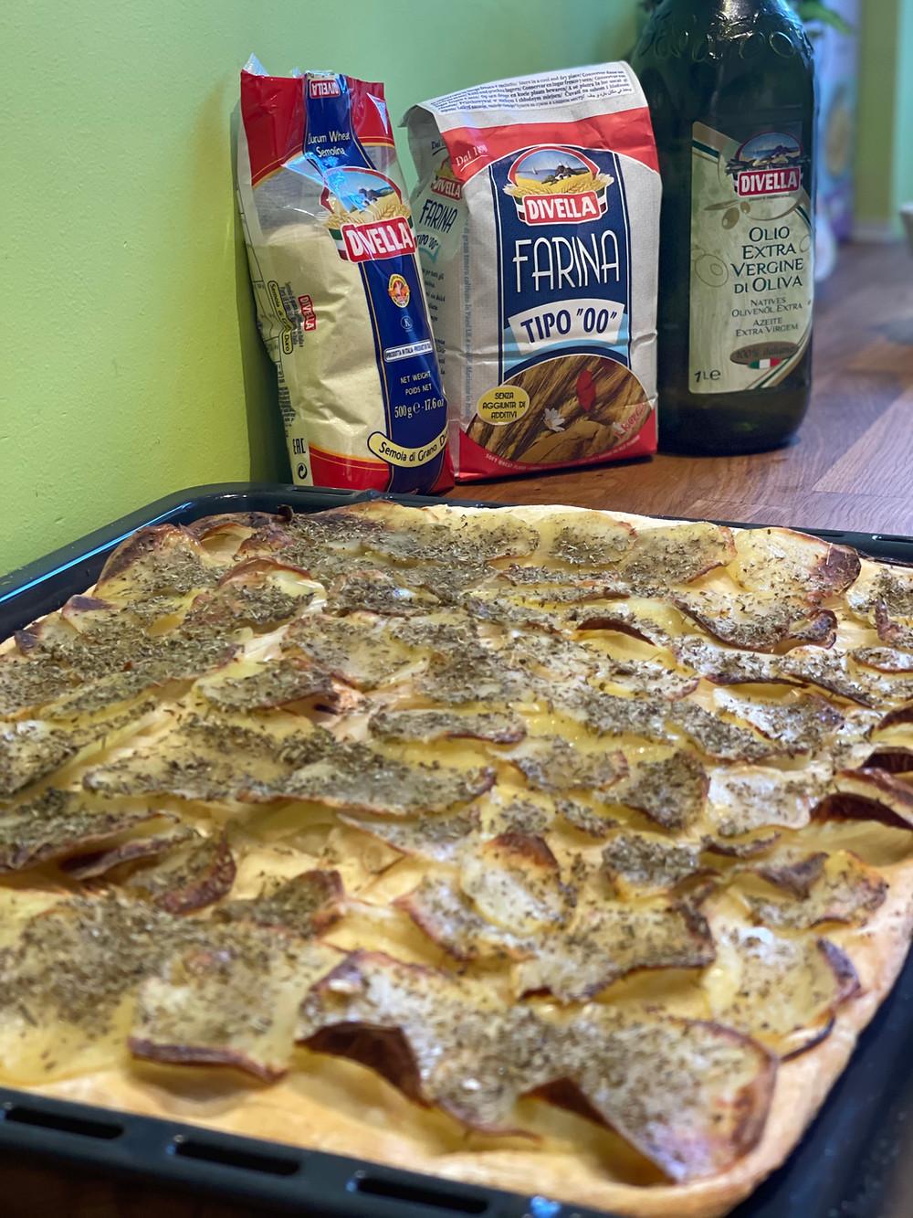 Seloule de blé dur Divella, Farine 00 Divella, Huile d'olive Divella, patates, oignons, Pizza