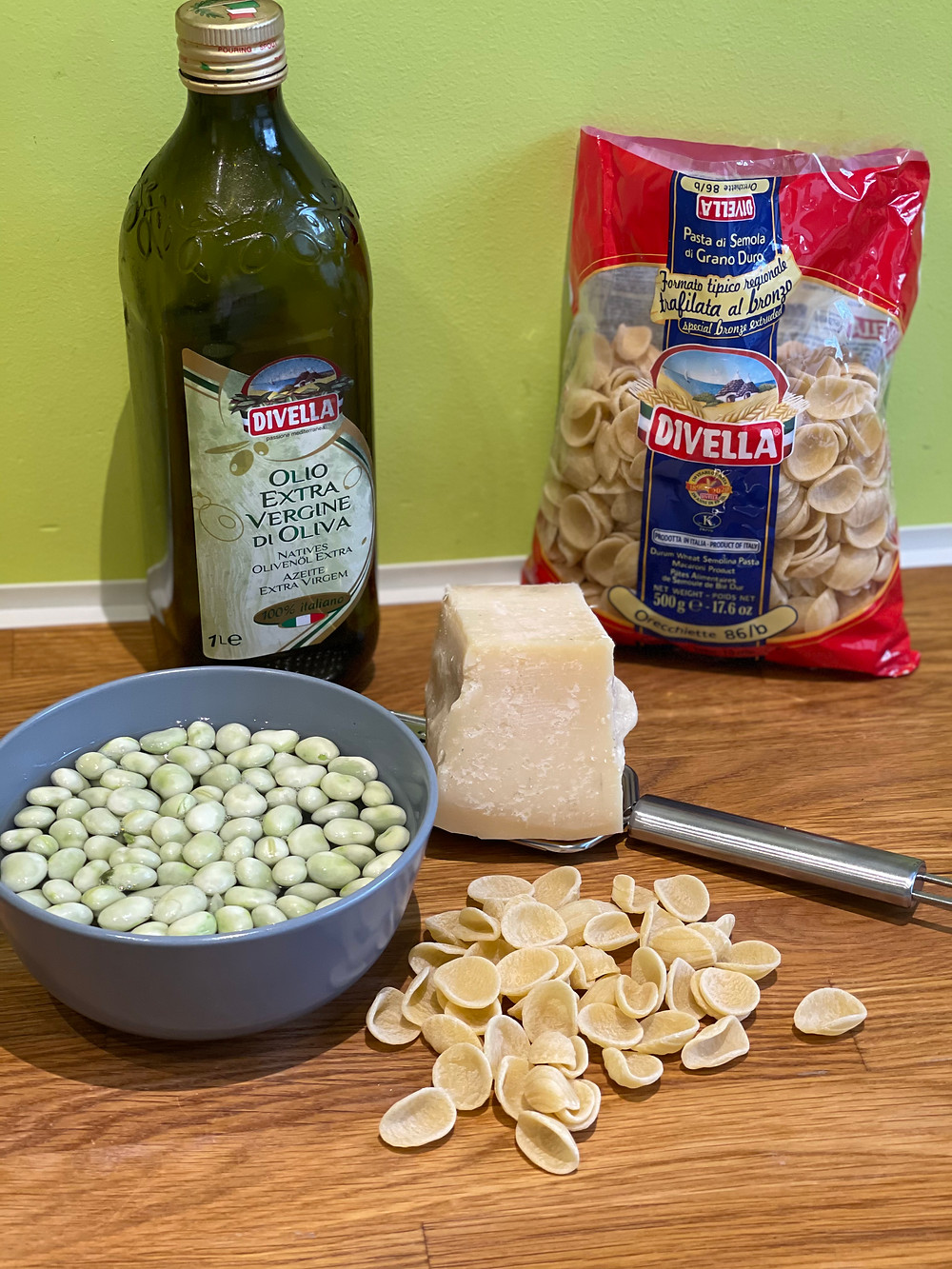 Huile d'olive, orecchiette, parmesan padano, fèves,