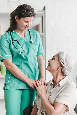 primer-plano-feliz-enfermera-su-paciente