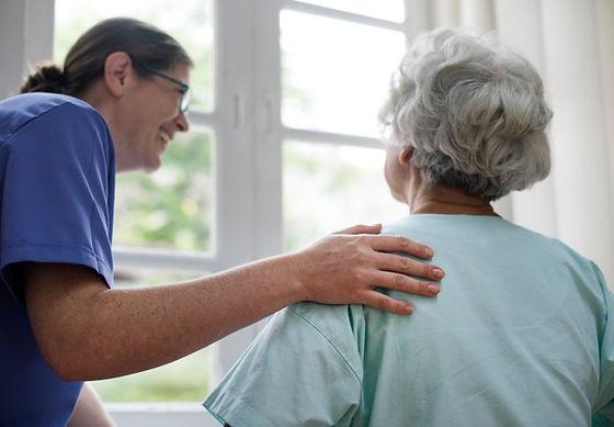 enfermera-cuidando-anciana_53876-48760.j
