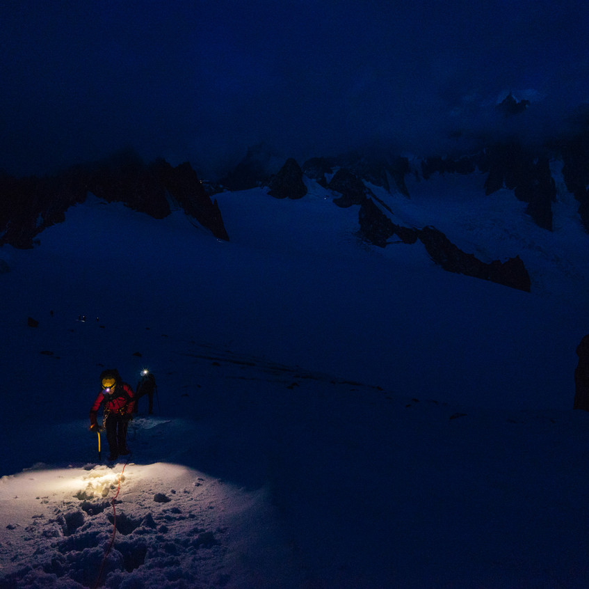 Výstup po ledovci ještě za svitu čelovek.